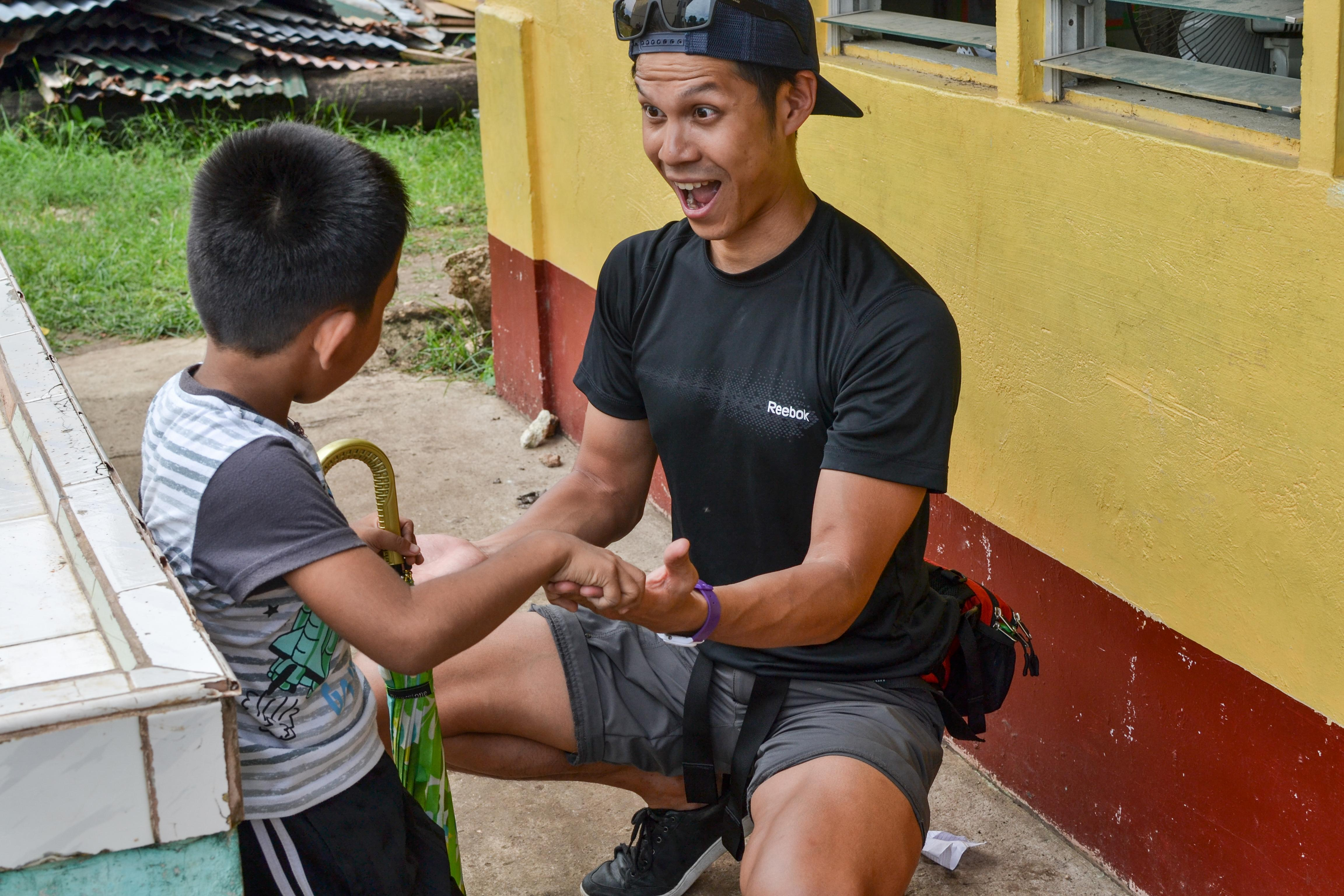 A child is treated at home by a student doing a Physiotherapy internship abroad in the Philippines.